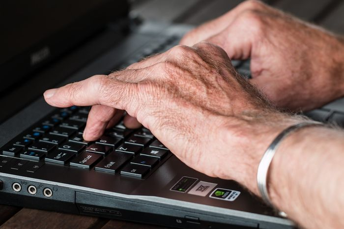 Senior podczas pracy przy komputerze