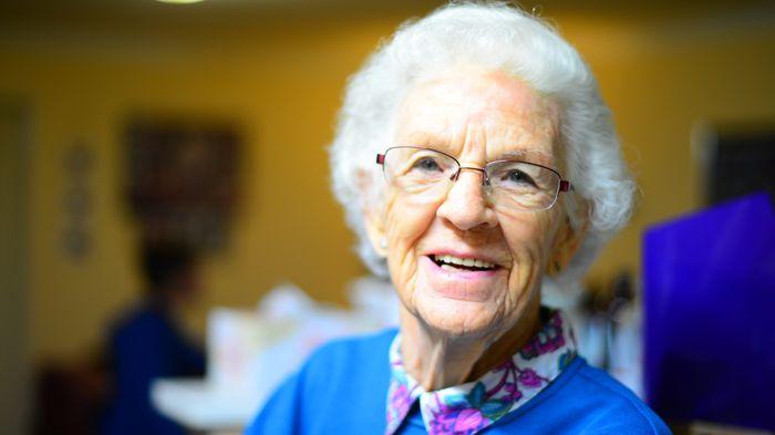 Starsza kobieta na uczelni