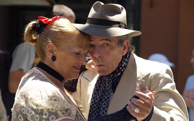 Taniec towarzyski dla seniorów – jakie korzyści z nauki tańca w dojrzałym wieku?