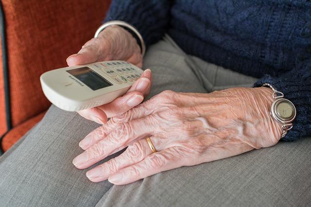 Telefon w ręku seniora