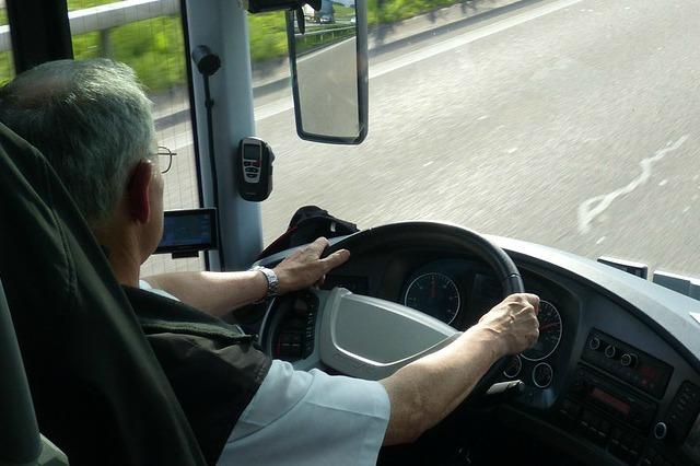 senior-na-drodze