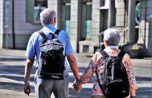 Seniorzy z plecakami