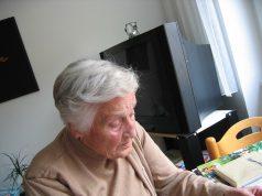 starsza osoba w pokoju