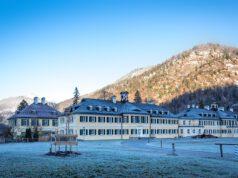 Duży kompleks sanatorium w górach