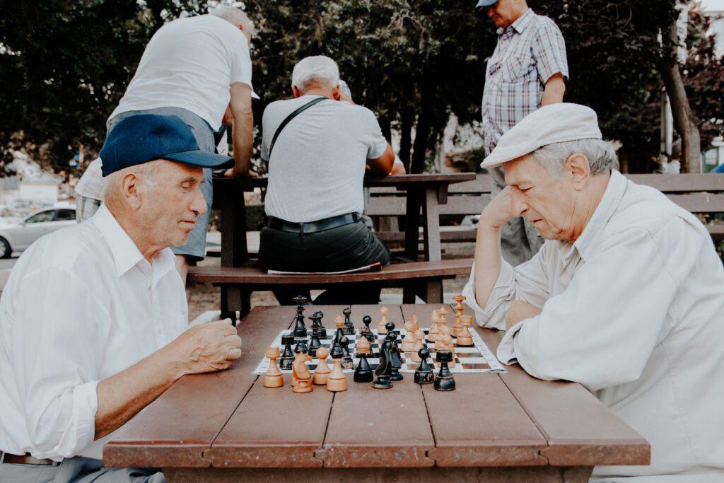 Starsi panowie podczas gry w szachy