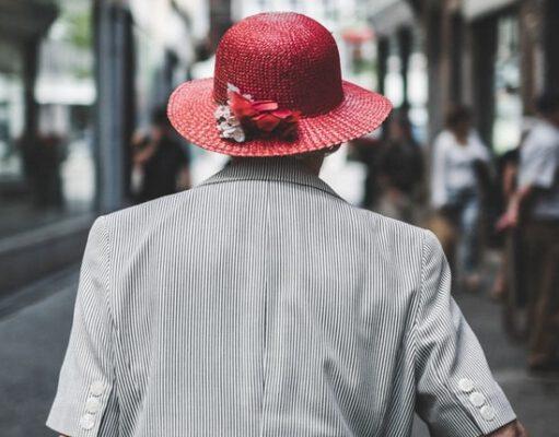 Starsza kobieta w kapeluszu