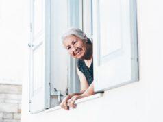Starsza kobieta w oknie