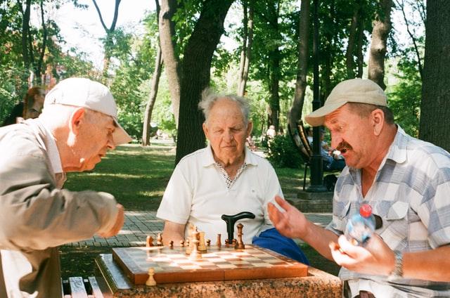 Seniorzy grający w szachy