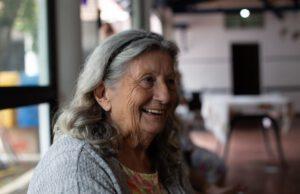 Starsza kobieta w pomieszczeniu