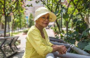 Starsza kobieta w sukience