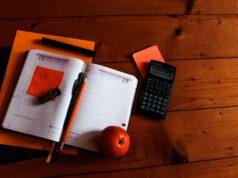 kalendarz i kalkulator na biurku